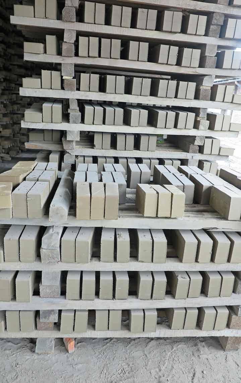 ungebrannte Lehmsteine beim trocknen